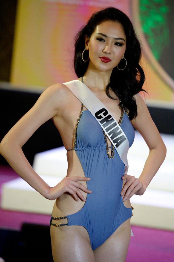 ملكة جمال الكون - ميس الصين، لي تشين ينغ، خلال عرض البيكيني في مدينة سيبو بالفلبين، 17 يناير/ كانون الثاني 2017