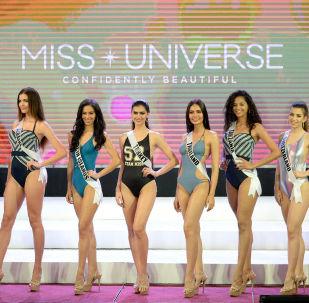 ملكة جمال الكون - المشاركات يرتدين زي السباحة خلال العرض في مدينة سيبو بالفلبين، 17 يناير/ كانون الثاني 2017