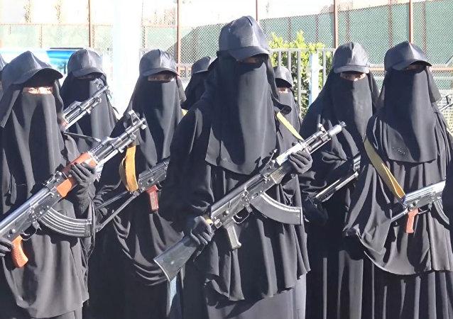 اليمنيات تتسلحن لمواجهات قوات الرئيس السابق والتحالف العربي