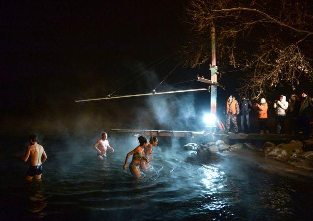 عيد الغطّاس بالقرب من نهر ينيسي في سايانغورسك