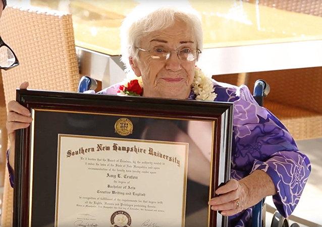 ايمي كراتون الحاصة على درجو البكالوريوس عن عم 94 عاما