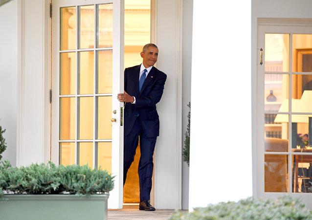 لحظة الخروج الأخير لأوباما من البيت الأبيض