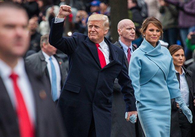 الرئيس الأمريكي دونالد ترامب مع زوجته ميلانيا خلال حفل تنصيبه