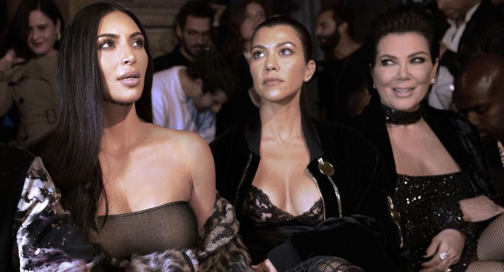 Kim Kardashian, Kourtney Kardashian e Kris Jenner durante a semana da moda em Paris