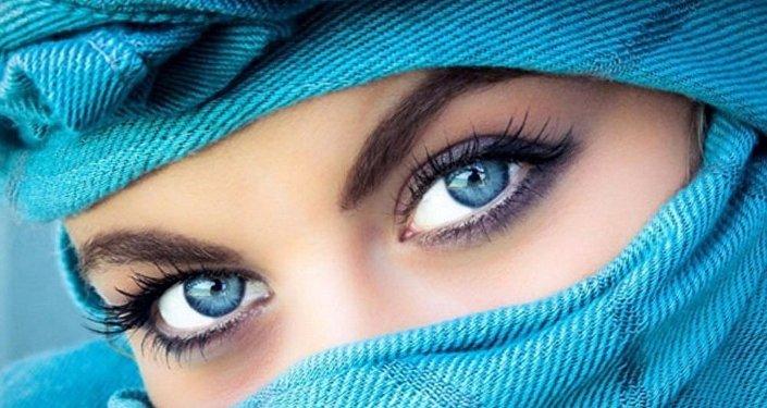 عيون زرقاء