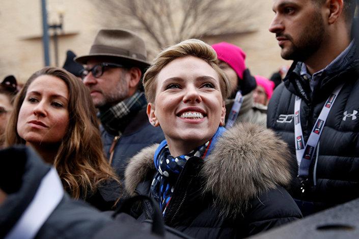 سكارليت جوهانسون خلال مشاركتها في مسيرة مناهضة للرئيس الأمريكي دونالد ترامب