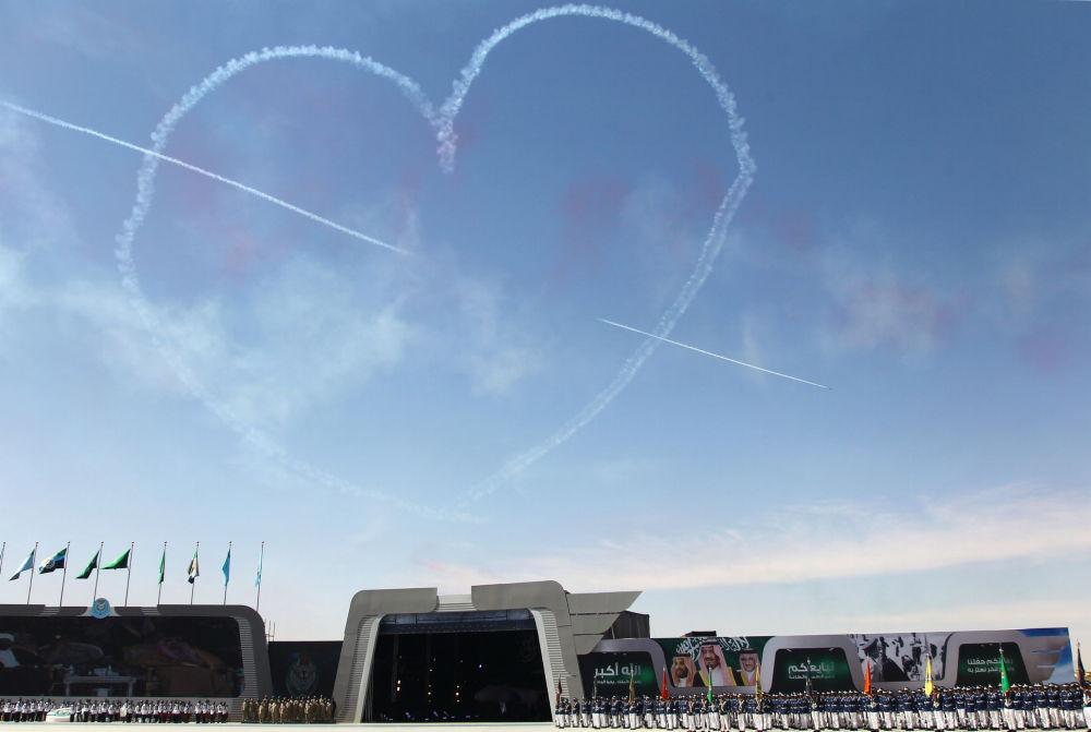 الطيران السعودي العسكري ينفذ استعراضا في سماء الرياض بمناسبة مرور 50 عاما على تأسيس أكاديمية الملك فيصل للطيران في الرياض