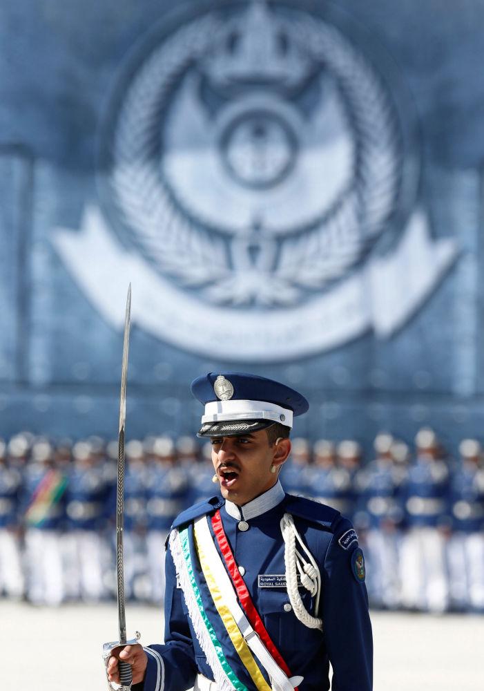 أحد المشاركين بالاستعراض العسكري بمناسبة مرور 50 عاما على تأسيس أكاديمية الملك فيصل للطيران في الرياض
