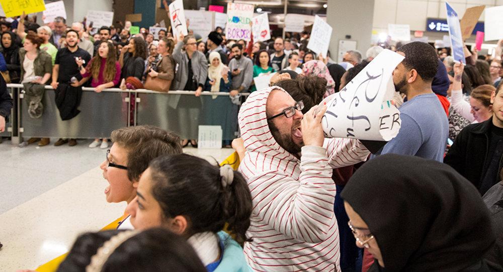 تظاهرات أمريكية ضد قرار ترامب
