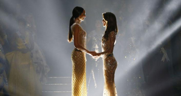 الفرنسية إيريس ميتينير والهايتية راكيل بليسيير قبيل لحظة إعلان الفائز بلقب ملكة جمال الكون لعام 2017 في مانيلا، الفلبين 30 يناير/ كانون الثاني 2017
