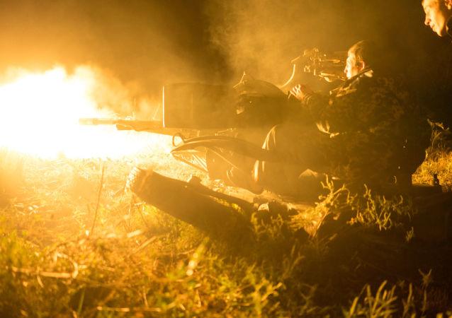 القوات الأوكرنية تطلق النار على مواقع المدافعين عن جمهورية دونيتسك الشعبية قرب بلدة أفدييفكا