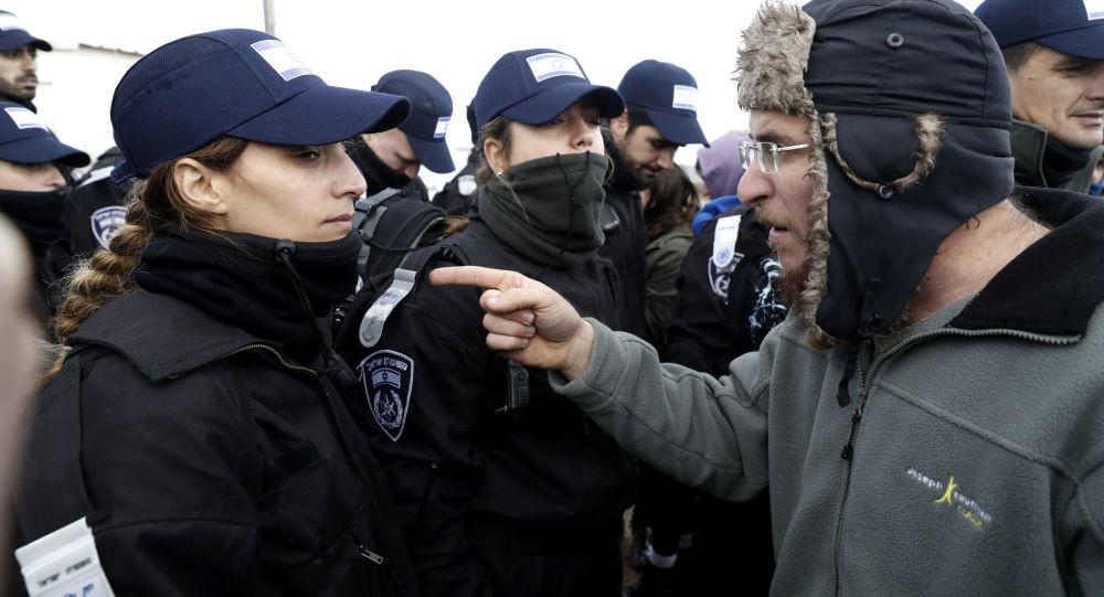 Альт: مستوطنون إسرائيليون خلال اشتباكهم مع الشرطة الإسرائيلية رفضاً لتركهم أمونا شمال شرق رام الله بالضفة الغربية، فلسطين 1 فبراير/ شباط 2017