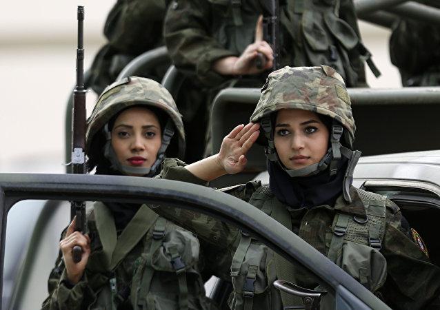 كتية النساء في قوات حرس الرئيس الفلسطيني أثناء التدريبات بمشاركة قوات الأمن الفلسطيني  بمخيم للشباب في مدينة أريحا، الضفة الغربية، فلسطين 25 يناير/ كانون الثاني 2017