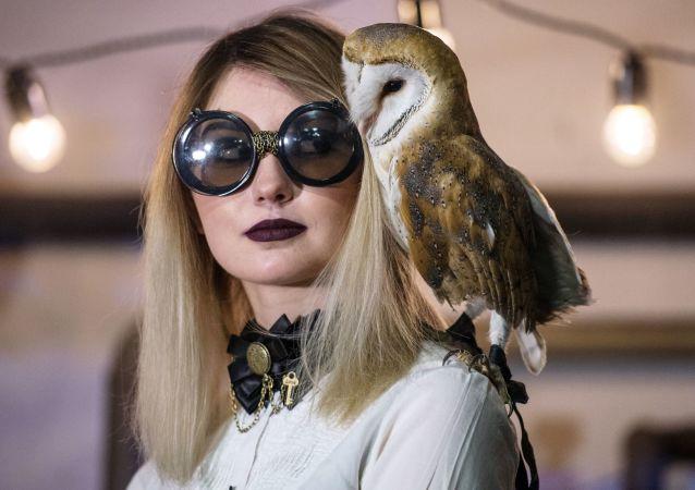 فتاة وطائر