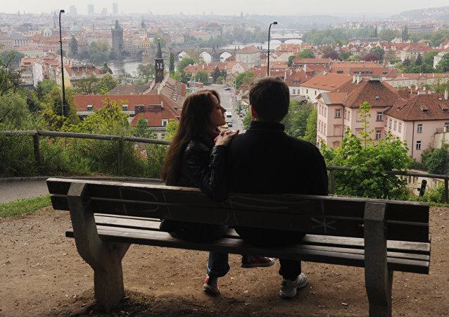 عشاق في مدينة براغ في عيد الحب