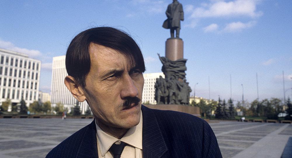 شبيه أدولف هتلر