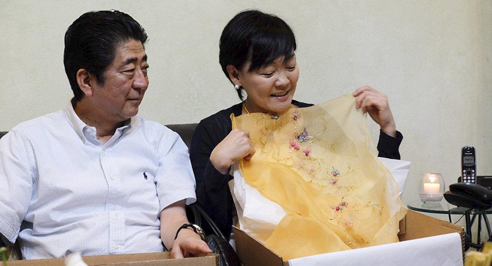 رئيس الوزراء الياباني شينزو آبي برفقة زوجته آكي