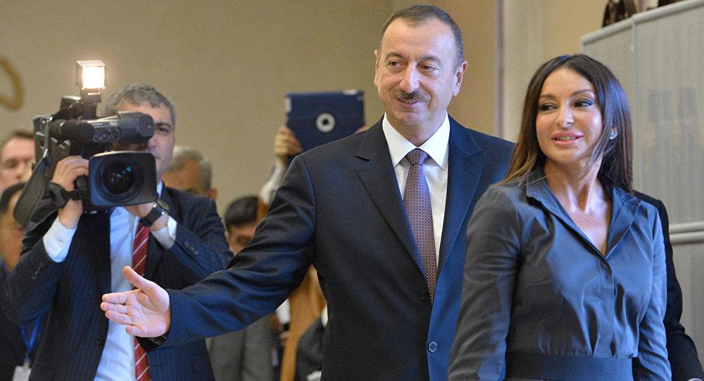 الرئيس الأذربيجاني الحالي إلهام علييف برفقة زوجته مهربان