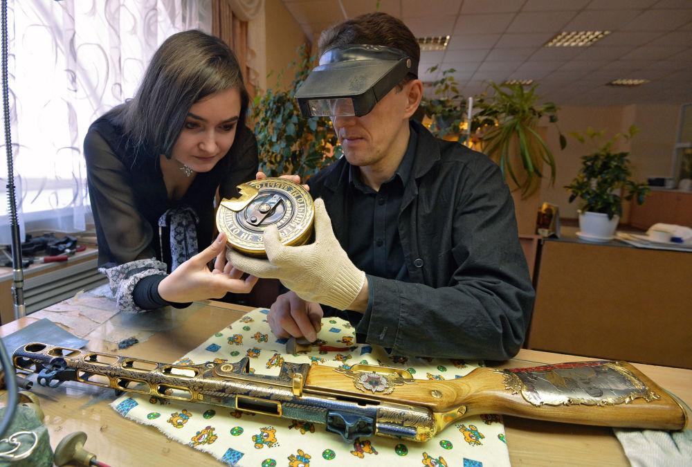 موظفون بمصنع زلاتوست لانتاج الأسلحة يعملون على تصنيع مجموعة من الأسلحة-الهدايا لوزارة الدفاع الروسية في زلاتؤوست