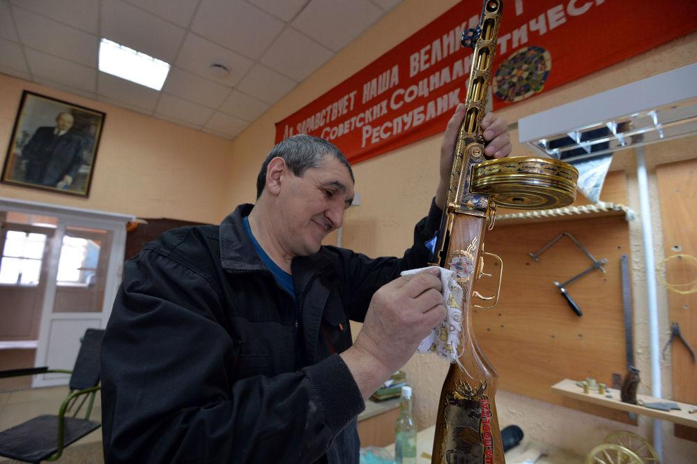 موظف بمصنع زلاتوست للأسلحة يعمل على تصنيع مجموعة من الأسلحة-الهدايا لوزارة الدفاع الروسية في زلاتؤوست