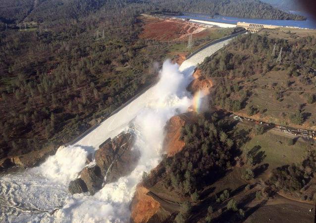 الدمار يصيب سد أوروفيل في كاليفورنيا