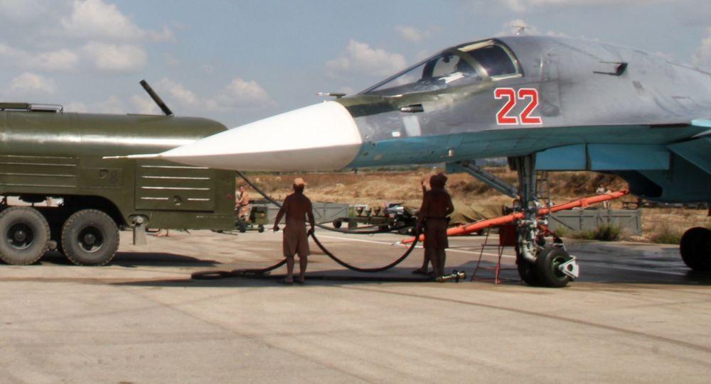 تزويد المقاتلة القاذفة سو-34 بالوقود في قاعدة حميميم