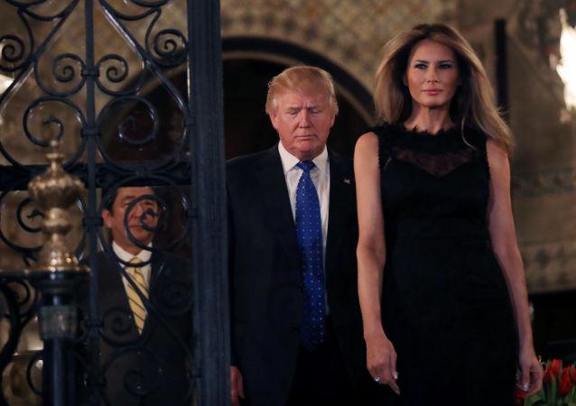 رئيس الوزراء الياباني شينزو آبي يسير خلف الرئيس الأمريكي دونالد ترامب وزوجته ميلانيا ترامب، فلوريدا، الولايات المتحدة 11 فبراير/ شباط 2017