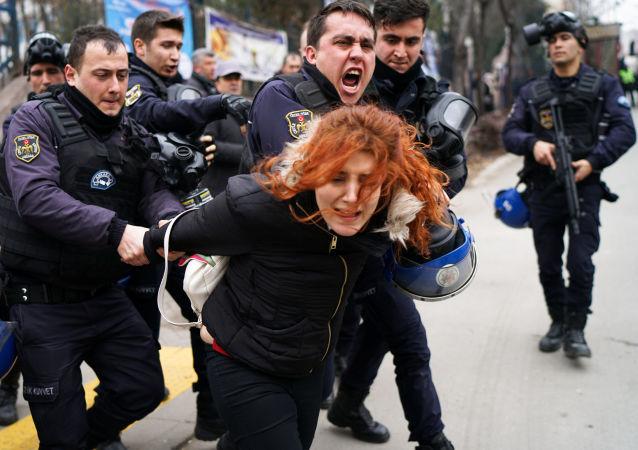 الشرطة التركية تعتقل متظاهرين في أنقرة، تركيا 10 فبراير/ شباط 2017
