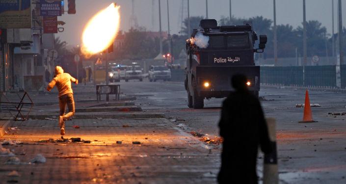 الذكرى السادسة لمظاهرات 14 فبراير. شاب يقذف كوكتيل مولوتوف باتجاه سيارة شرطة خلال الاحتجاجات في جنوب المنامة، البحرين 14 فبراير/ شباط 2017