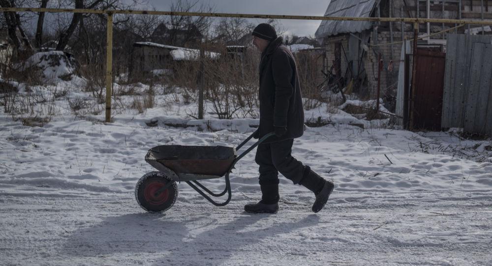 سكان قرية فيسيولوي يحضرون الحطب، جمهورية دونيتسك، أوكرانيا