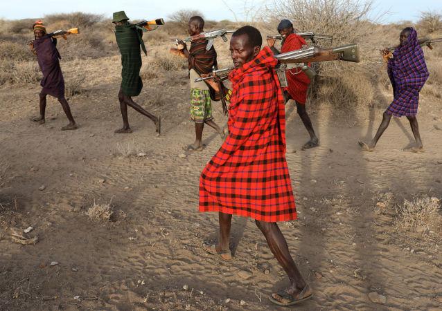 أعضاء قبيلة توركانا يحملون البنادق لحماية قطيعهم من قبائل منافسة لهم بوكوت وسامبورو، كينيا 14 فبراير/ شباط 2017