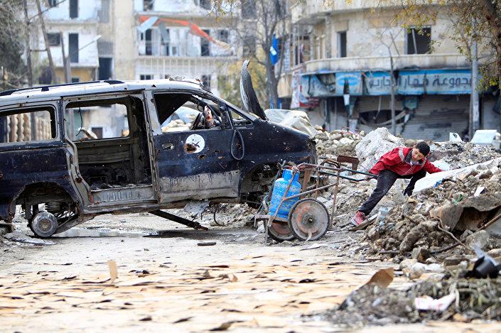 صبي يجر أنبوب غاز في حلب، سوريا 30 يناير/ كانون الثاني 2017
