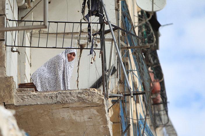 امرأة تقف على منزلها المدمر في حلب، سوريا 30 يناير/ كانون الثاني 2017