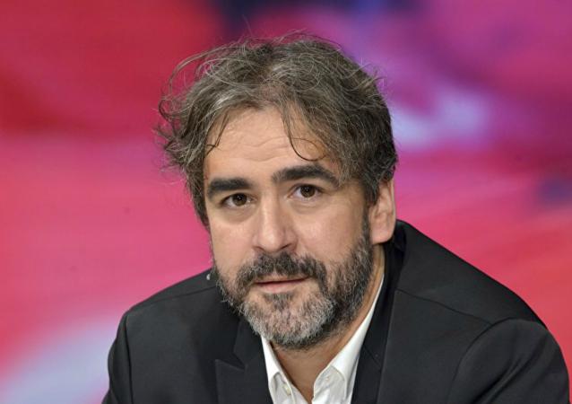 الصحفي دينس يوجل