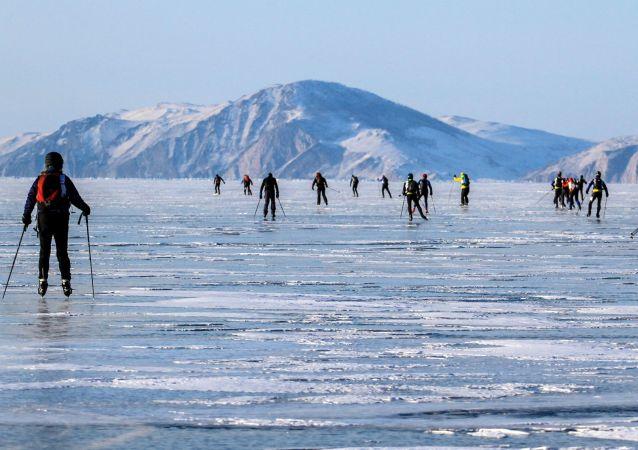 سباق العاصفة الجليدية على سطح بحيرة بايكال الروسية