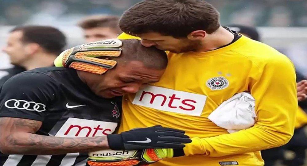 لاعب برازيلي يبكي نتيجة لهتافات عنصرية