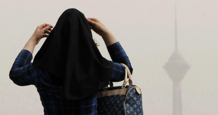 فتاة إيرانية محجبة