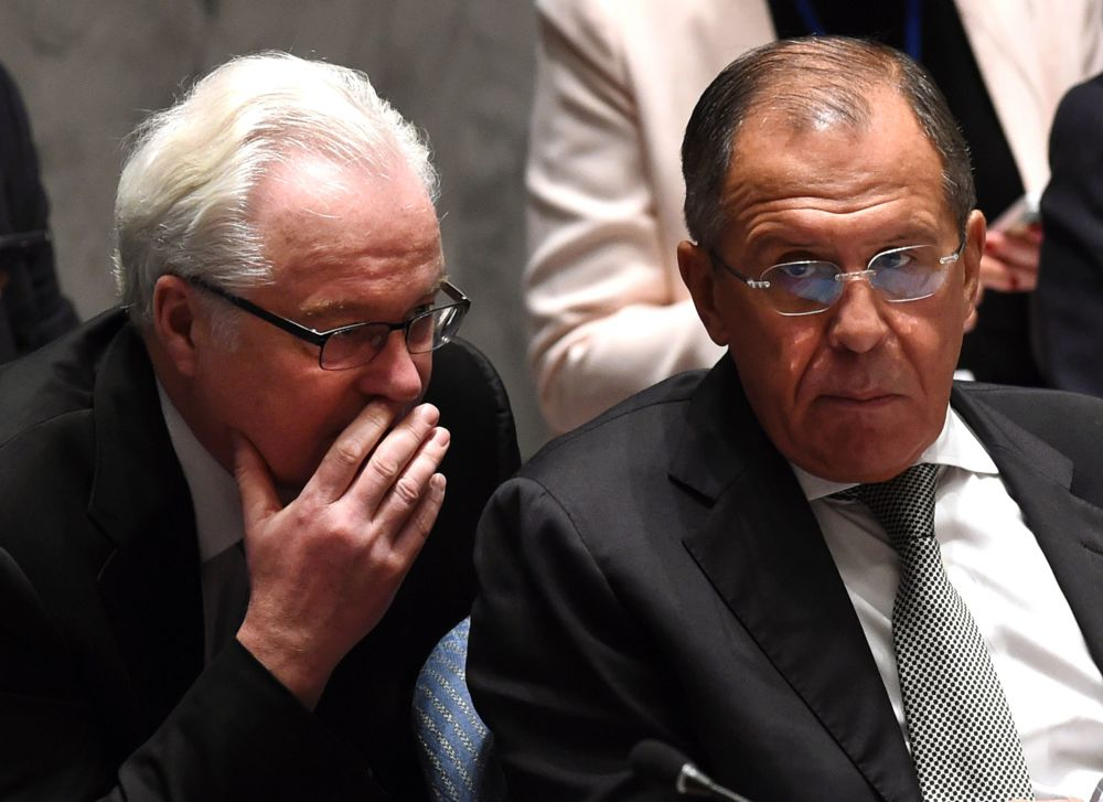 ممثل روسيا الدائم لدى الأمم المتحدة فيتالي تشوركين يتحدث إلى وزير الخارجية الروسي سيرغي لافروف خلال اجتماع مجلس الأمن حول قضايا شمال أفريقيا والشرق الأوسط، نيويورك،30 سبمتمبر/ أيلول 2015