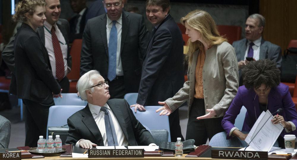 ممثل روسيا الدائم لدى الأمم المتحدة فيتالي تشوركين يستمع إلى نظيرته الأمريكية سامانثا باور قبل بدء اجتماع مجلس الأمن لمناقشة الوضع في أوكرانيا، نيويورك، 15 مارس/  آذار 2014