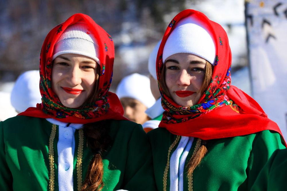 فتاتان في مهرجان للألعاب الشتوية زيمنيادا-2017 والتماثيل الجليدية في إقليم إركوتسك.
