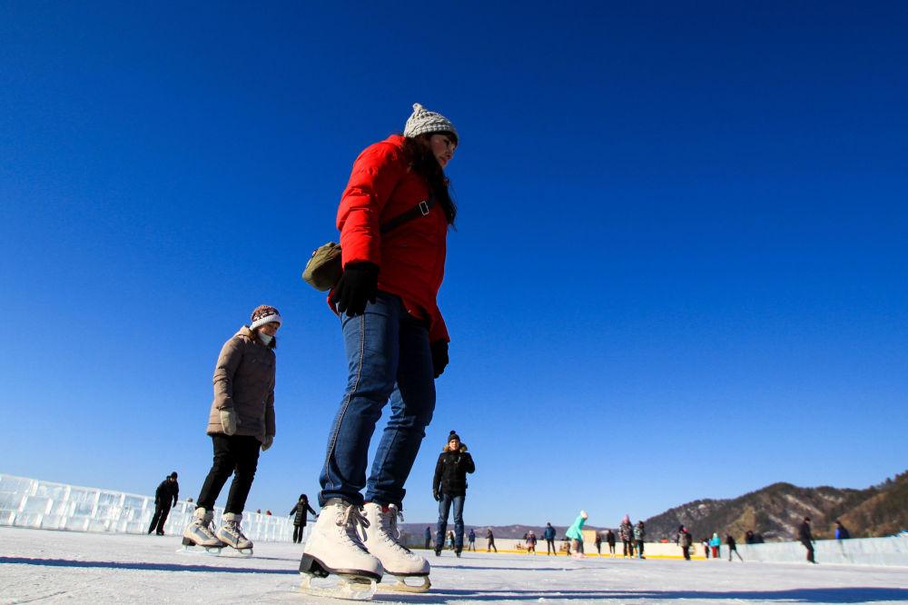 المواطنون في مهرجان للألعاب الشتوية زيمنيادا-2017 في إقليم إركوتسك.