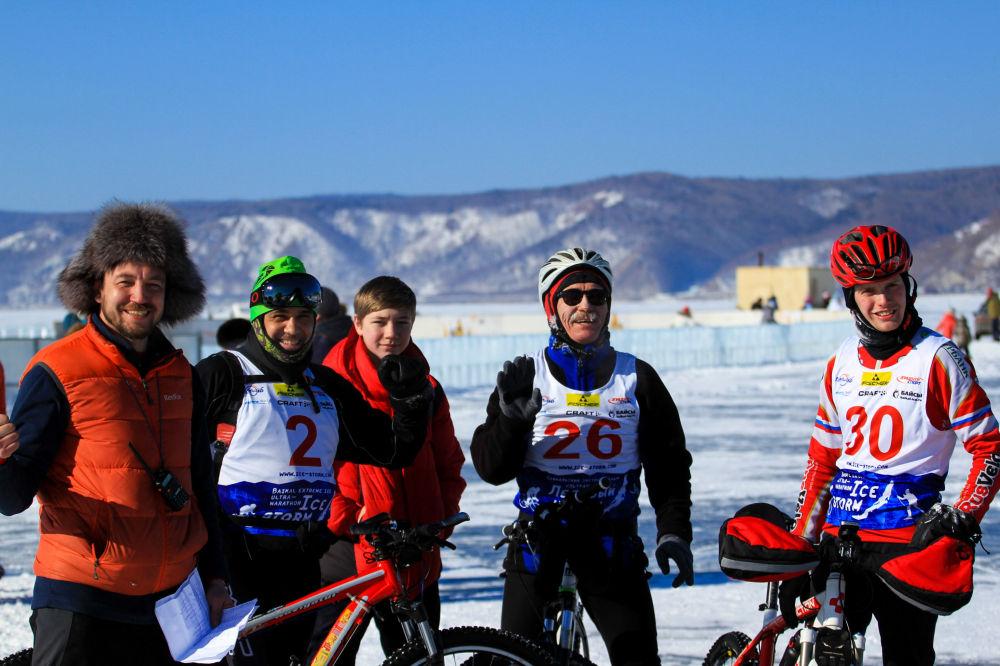 المشاركون في مهرجان للألعاب الشتوية زيمنيادا-2017 يلتقطون صورة جماعية في إقليم إركوتسك.