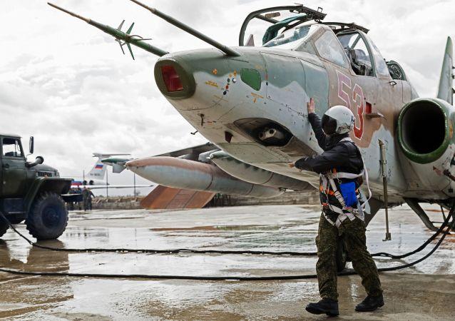 استعداد سو-25 للإقلاع من مطار العسكري السوري حميميم في سوريا