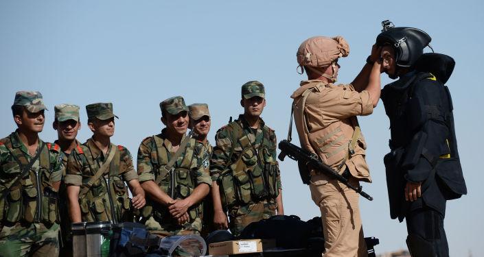 الجنود الروس خلال تدريب الجنود السوريين تكتيكات البحث واكتشاف الألغام والعبوات الناسفة في تدمر