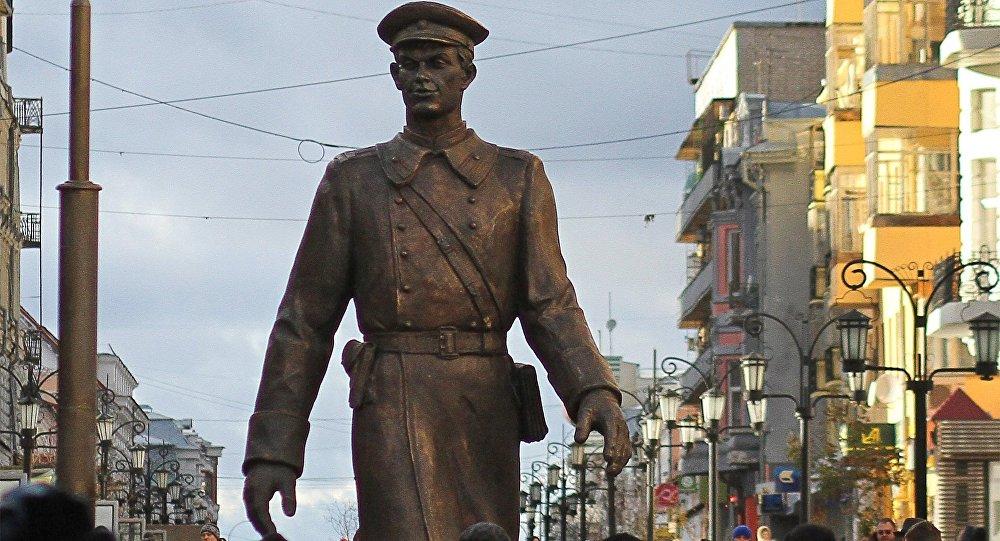 تمثال لبطل القصص الروسية العم ستيوبا العملاق