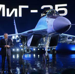 دميتري روغوزين على خلفية مقاتلة ميغ-35