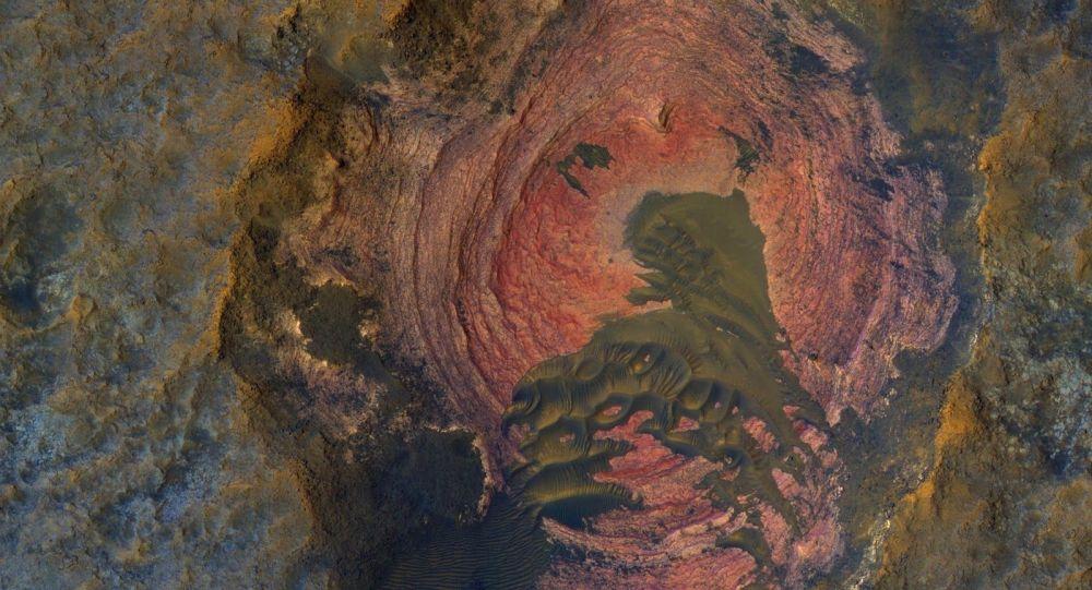 مواد دقيقة تغطي معظم سطح كوكب المريخ والتي تخفي مواد حجرية أساسية للكوكب. ومع ذلك يمكننا رؤية الأساس الحجري اللمريخ.