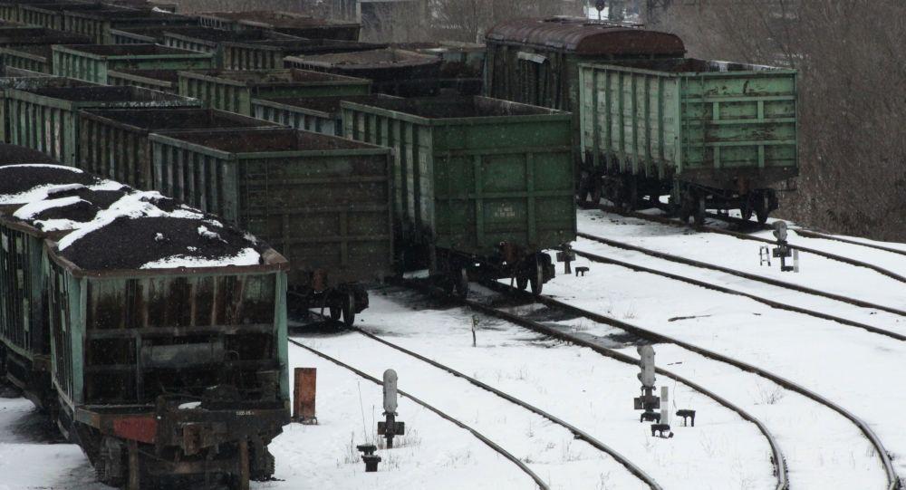 العربات المحمّلة بالفحم في محطة قطارات دونيتسك