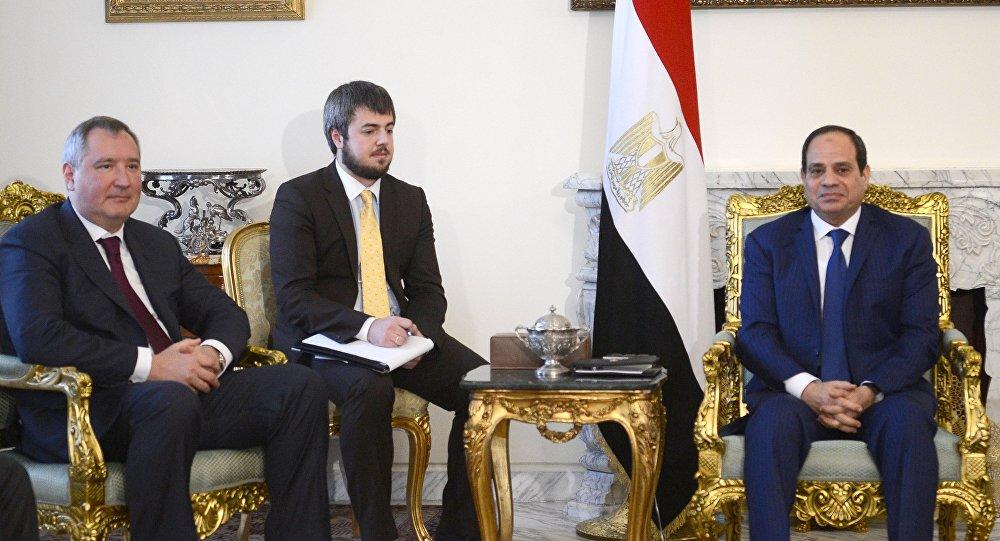 نائب رئيس الوزراء الروسي دميتري روغوزين مع الرئيس المصري عبد الفتاح السيسي
