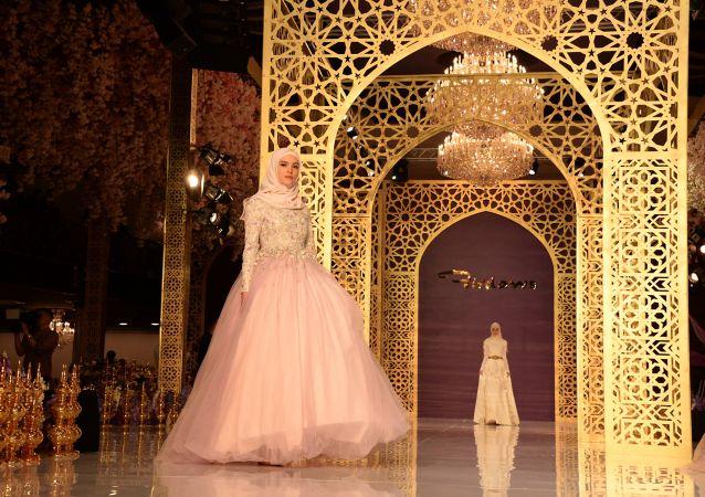 عارضات أزياء الشياشانيات خلال عرض أزياء لدار الأزياء فردوس (Firdaws) للمصممة عايشة قديروفا في مدينة غروزني يوم أمس الأربعاء، 2 مارس/ آذار 2017